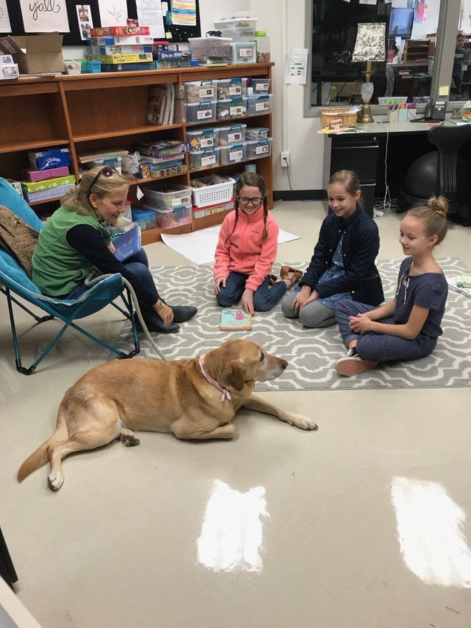 students reading with therapy dog